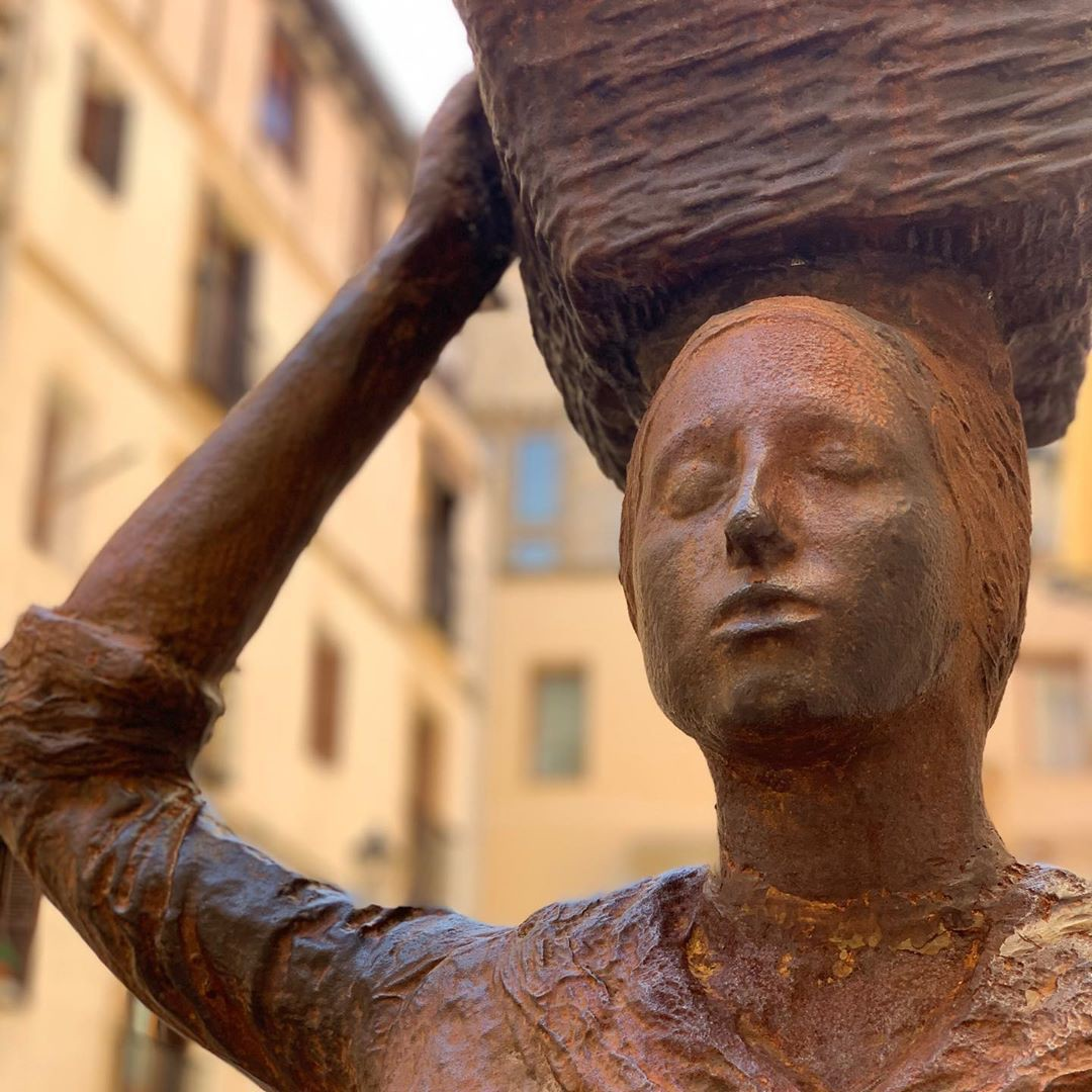 Statue of a woman with a basket on her head in bronze found in San Sabastián